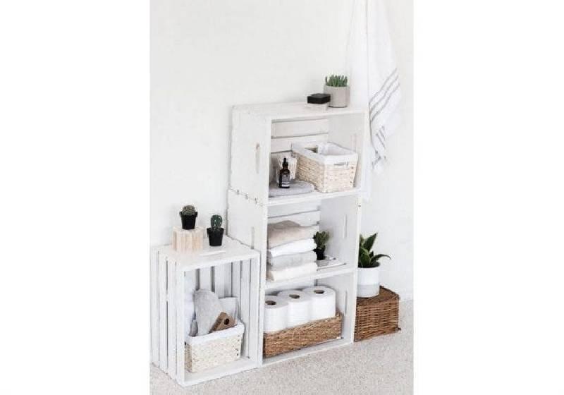 Rangement de salle de bain avec des caisses en bois