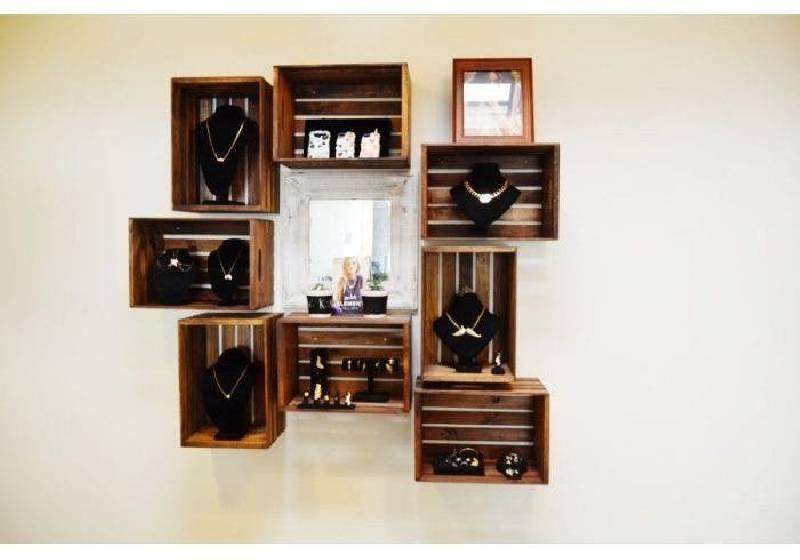 Armoire à bijoux avec des caisses en bois