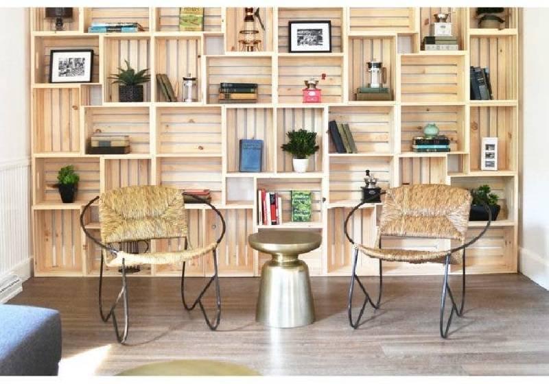 Bibliothèque murale avec des caisses en bois