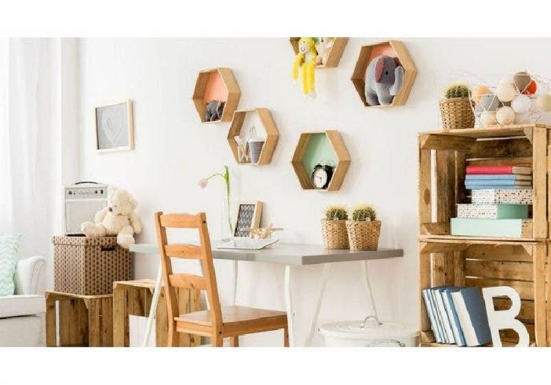 Rangement de bureau avec des caisses en bois